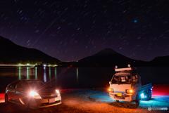 車と星の光と影の富士
