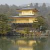 雪日に輝く金閣寺