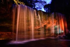 ブルーモーメントに輝く滝