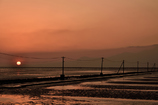 一日の終わりを告げる海床路