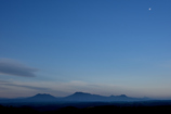 月が見守る阿蘇連山の夜明け