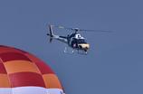 熱気球をかわしたRed Bull のヘリ