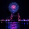 華でライトアップされた橋