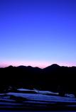 山あいの棚田が目覚める青の時