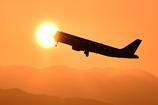 旅客機が夕日に呑まれていく。。。