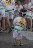 お囃子に合わせて踊る女の子。