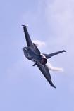 太陽に向かって上昇中のF-16戦闘機