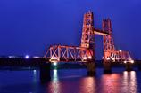 ライトアップされた赤い橋