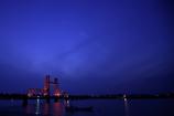 ライトアップで赤く輝く橋