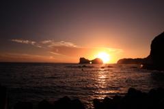 円月島に落ちる陽