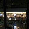 秋雨、夜のカフェテラス