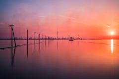 静かな海岸と夕日
