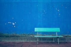 青い壁青いベンチ