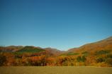秋の山と空