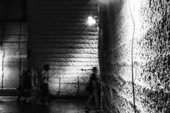 地下の道を歩く人達