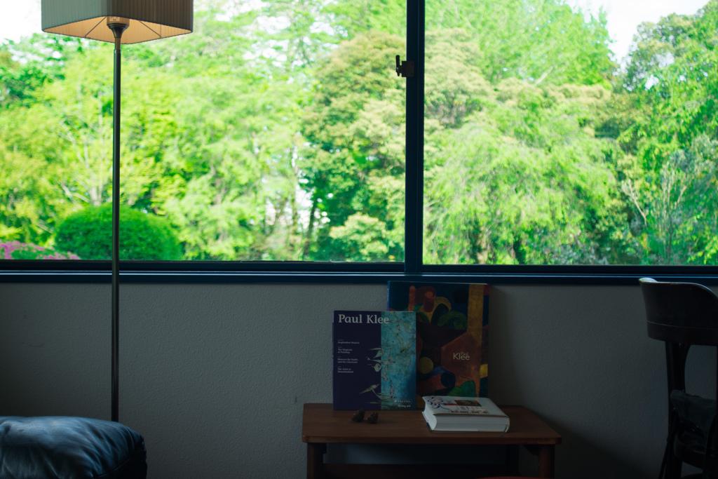 カフェ×洋書×窓