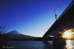 河口湖大橋に沈む夕日