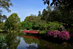 ツツジ咲く萬葉の園内