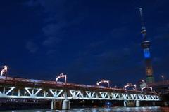 五輪色スカイツリーと東武電車