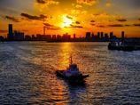 夕焼けの中を走る船