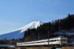 富士の麓を駆けるグレードアップ車両