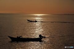 男たちの漁のシルエット