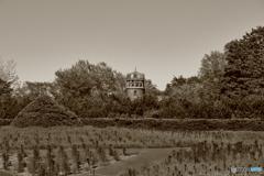 セピア色の緑と塔