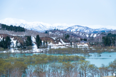 ダム湖から望む飯豊連峰