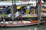 タイの行商 水上マーケットにて