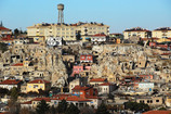 トルコ地方都市 洞窟住居の上に新興住宅