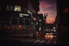 路地の隙間から見た夕照
