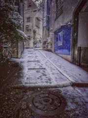 雪降る石畳の路地裏