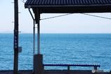 海を見ながら汽車を待つ