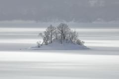 凍てつく湖面