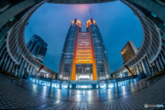 雨の東京都庁