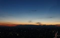 少し顔を出した富士山