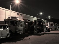 深夜徘徊 夜明けを待つトラック達
