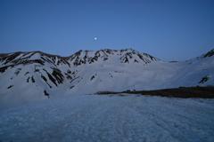 立山に佇む月