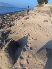 砂浜の足跡(娘、島に行く)