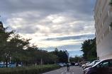 駐車場からみる空