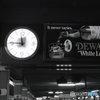 地下鉄にある時計と看板 NY