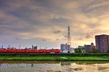 黄昏時を走る電車
