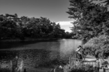 池のある公園で