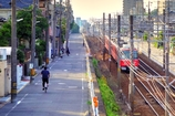 電車と自転車が西へと走ります