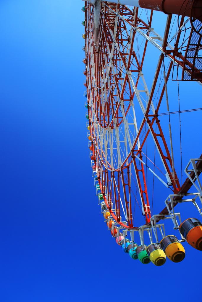 空に並ぶ色とりどりの籠