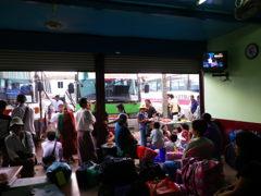 ヤンゴンのバスターミナル