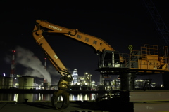 重機と工場夜景