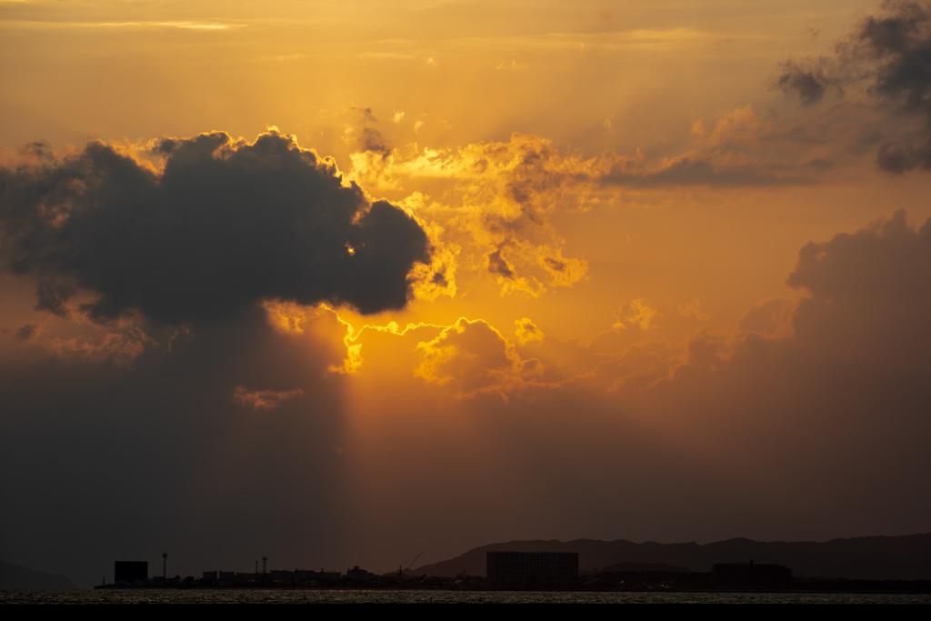 暗雲から差す光