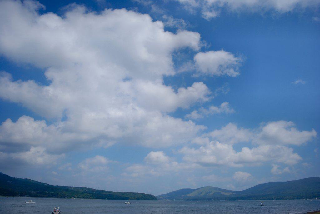 湖と山と空