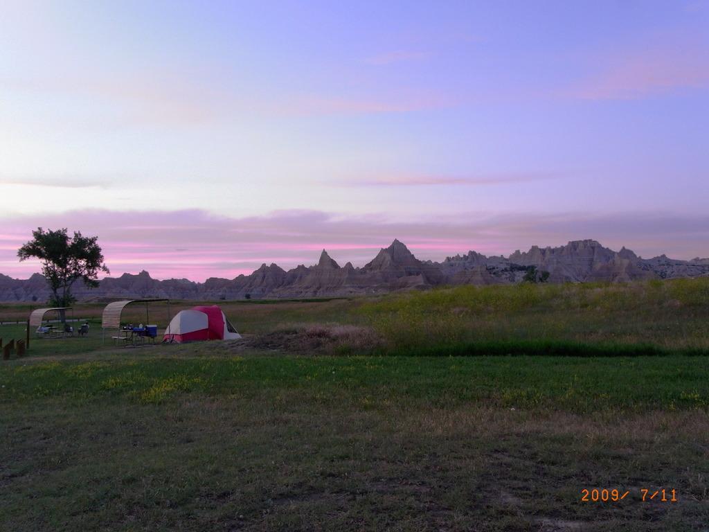 夕暮れ時のキャンプ